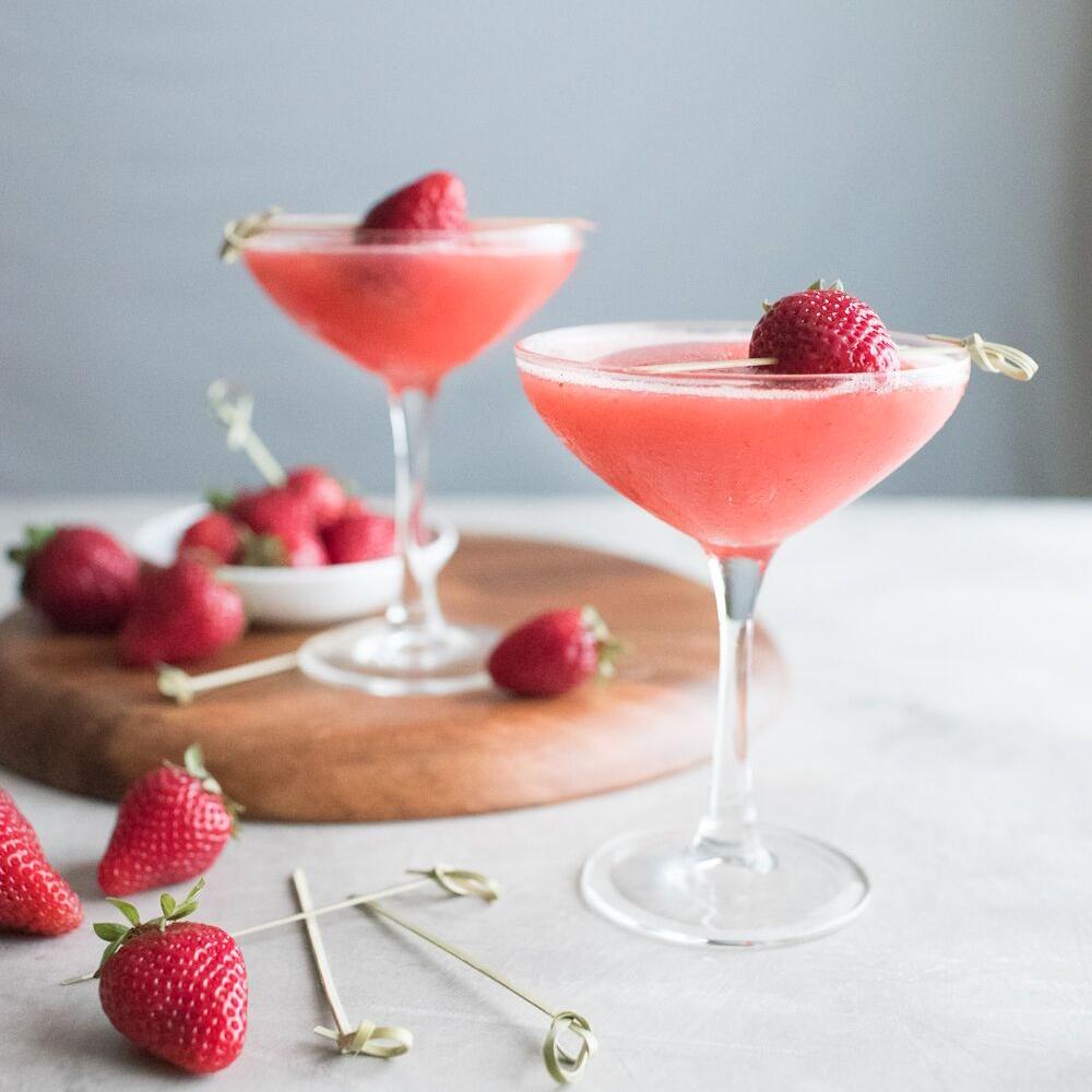 Frosé drink och färska jordgubbar