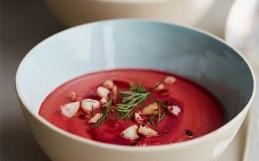 Rödbetssoppa med tomat och macadamia