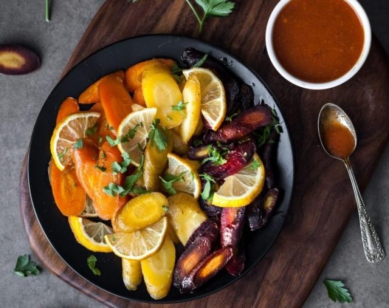 Harissa – och sirapsglaserade morötter