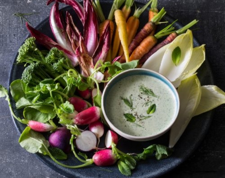 Yoghurtdipp med feta, vitlök och färska örter